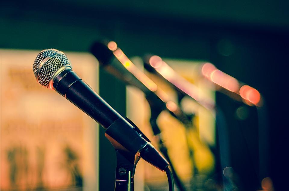 Петь в микрофон