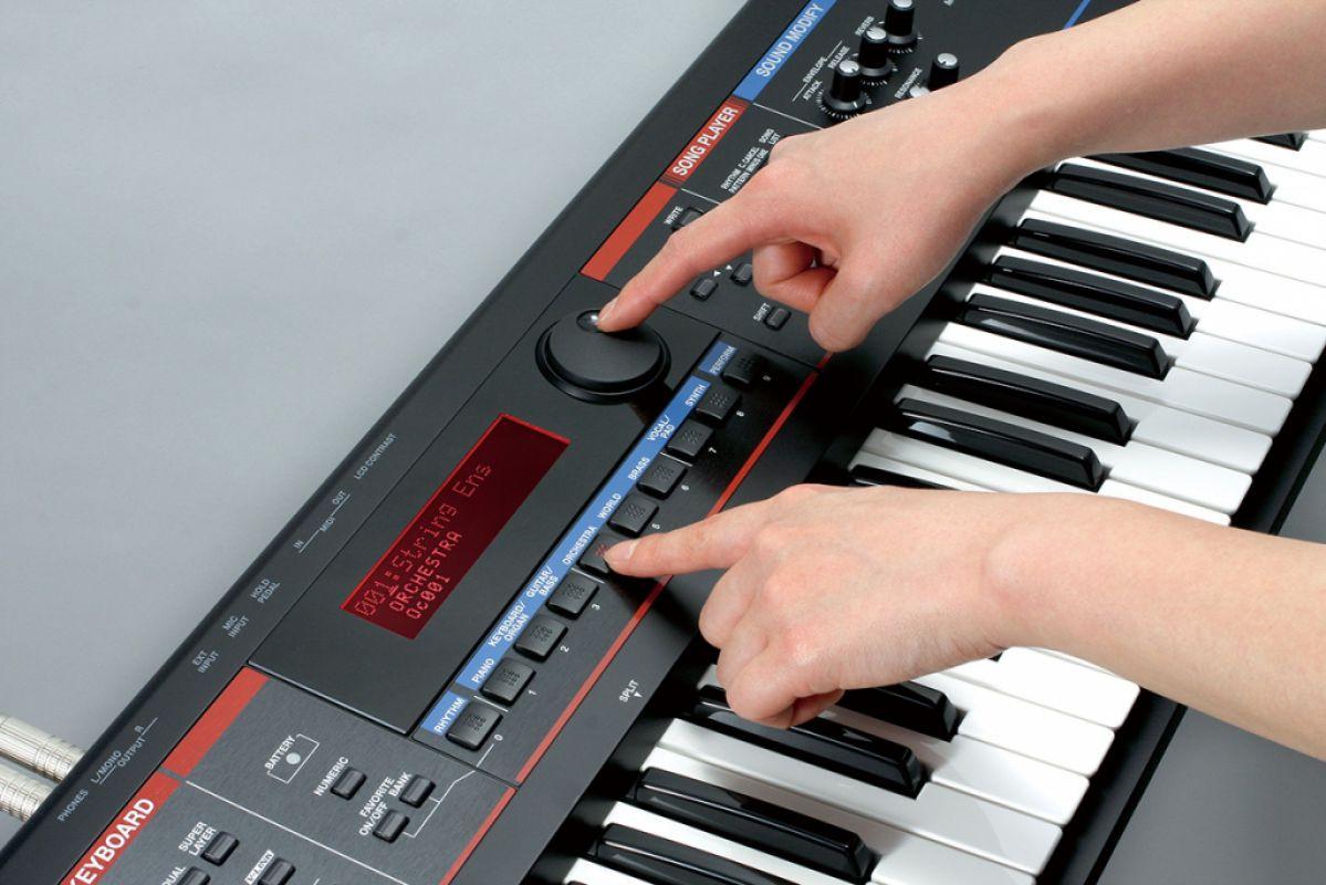 Играть на синтезаторе